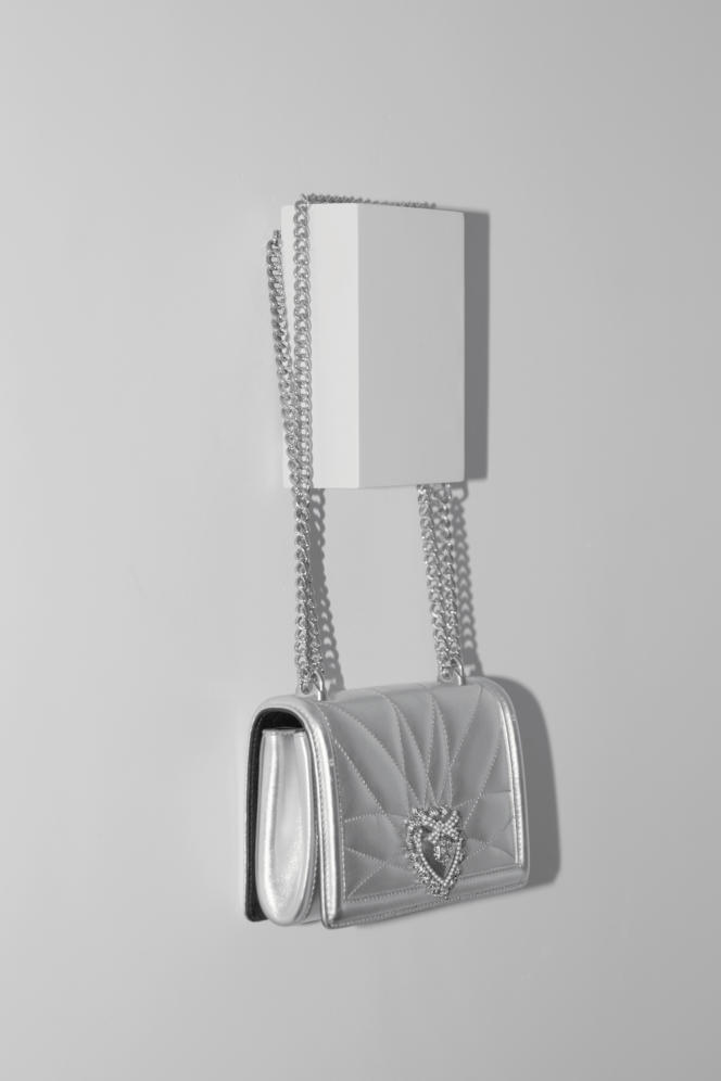 Sac Dévotion, en cuir de veau lamé, à boucleen métal, Dolce & Gabbana, prix sur demande. dolcegabbana.com