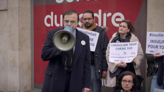 Bertrand Burgalat (au premier plan), fondateur de l'association Diabète et Méchant, lors d'une manifestation devantle siège du laboratoire Sanofi à Paris, le 8 janvier 2020.