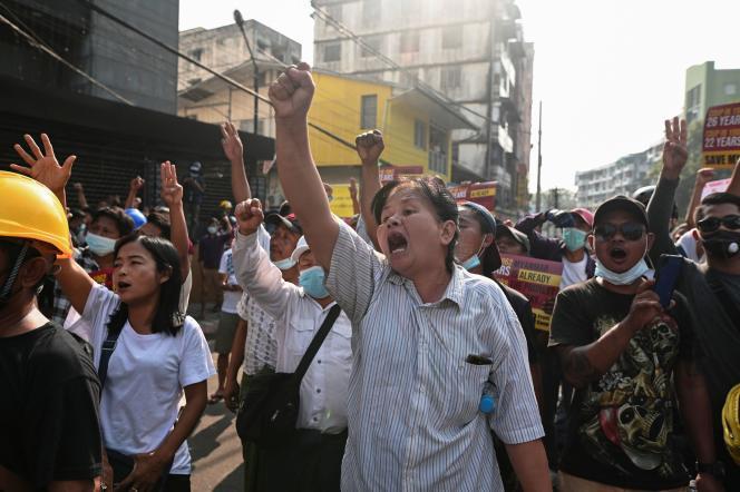 Los manifestantes protestan por el golpe del 26 de febrero en Rangún.