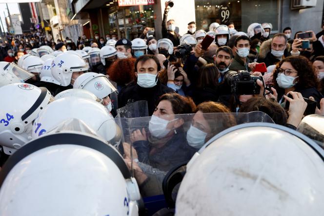 Des sympathisants du Parti démocratique des peuples (HDP, gauche prokurde) lors d'un rassemblement de soutien auxétudiants de l'université du Bosphore,à Istanbul, en Turquie, le 4 février 2021.