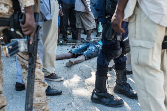 Le corps d'un prisonnier évadé de la prison deCroix-des-Bouquets, à Haïti, le 25 février.