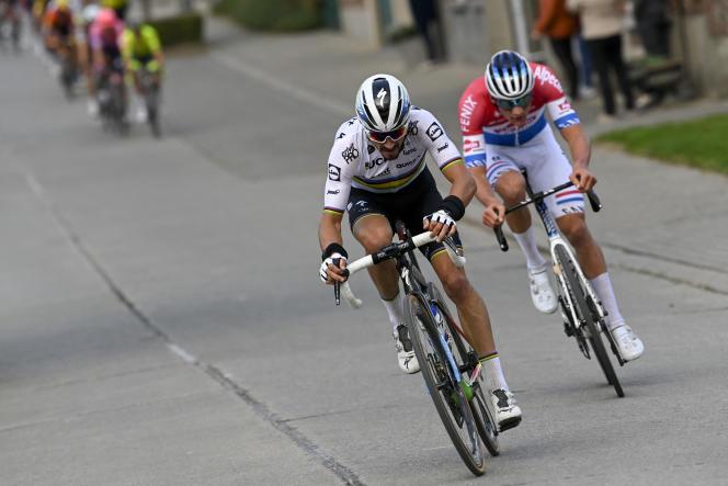 Julian Alaphilippe lors du Tour des Flandres 2020, devant le Néerlandais Mathieu van der Poel.