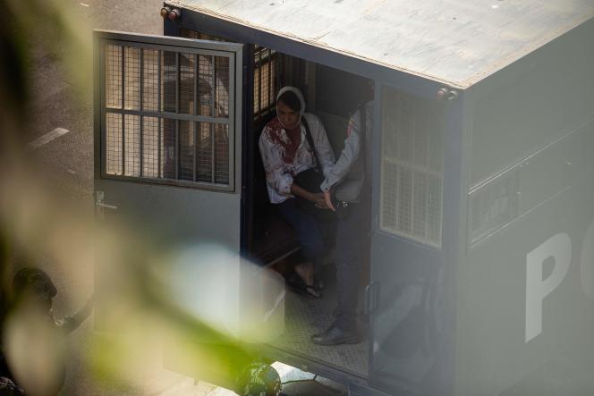 Ένας τραυματισμένος διαδηλωτής συνελήφθη και τοποθετήθηκε στο πίσω μέρος ενός φορτηγού της αστυνομίας στις 26 Φεβρουαρίου 2021.