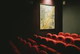 Au Reflet Médicis, écrans et fauteuils attendent dans le noir