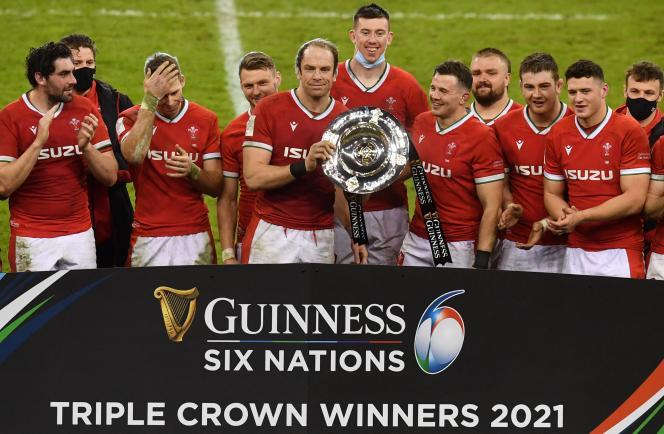 La capitaine du pays de Galles Alun Wyn Jones (C) soulève le trophée des trois couronnes, récompensant la meilleure équipe des îles britanniques lors du Tournoi des six nations. Les Gallois ont battu l'Irlande, l'Ecosse puis l'Angleterre.