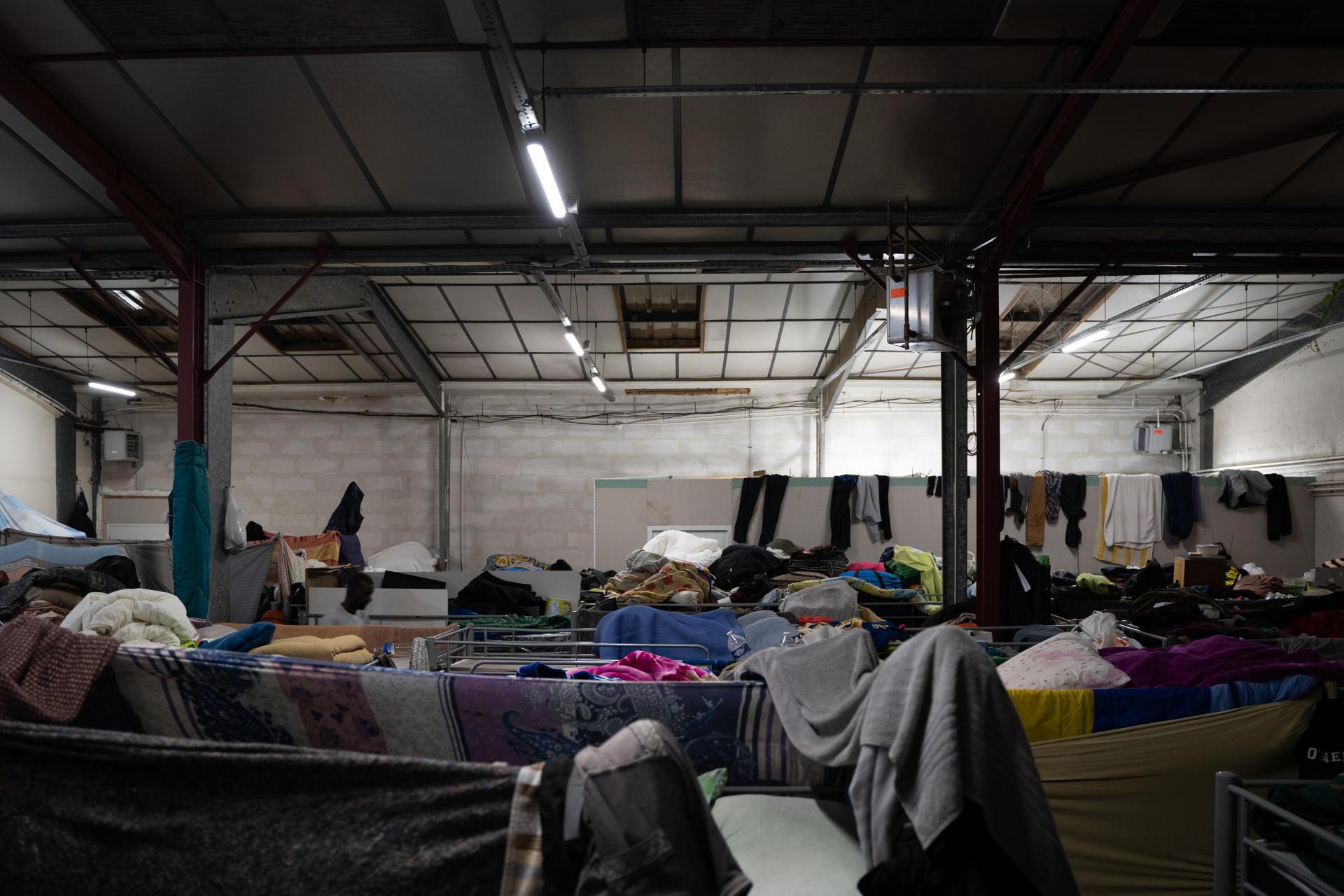 Dans le hangar principal qui sert de dortoir et qui réunit une trentaine de lits superposés, soit 60 places. C'est le seul espace non chauffé du squat de Montreuil.