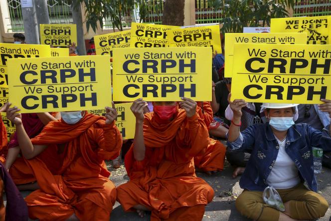 Des moines bouddhistes brandissent des panneaux en faveur du CRPH, le 27 février à Mandalay.