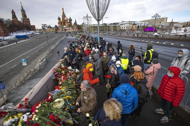 روسها برای ادای احترام به بوریس نمتسوف در 27 فوریه 2021 به مسکو می آیند.