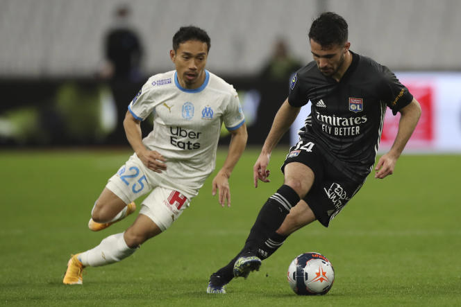 Le Lyonnais Léo Dubois à la lutte avec le Marseillais Yuto Nagatomo, le 28 février 2021 à Marseille