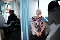 Vaccination contre le Covid-19 avec une dose d'AstraZeneca dans un bus transformé en centre de vaccination mobile à Londres, le 14 février.
