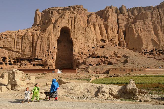 Devant l'endroit où se tenait l'un des bouddhas détruits par les talibans, à Bamiyan (Afghanistan), le 7 juillet 2008.