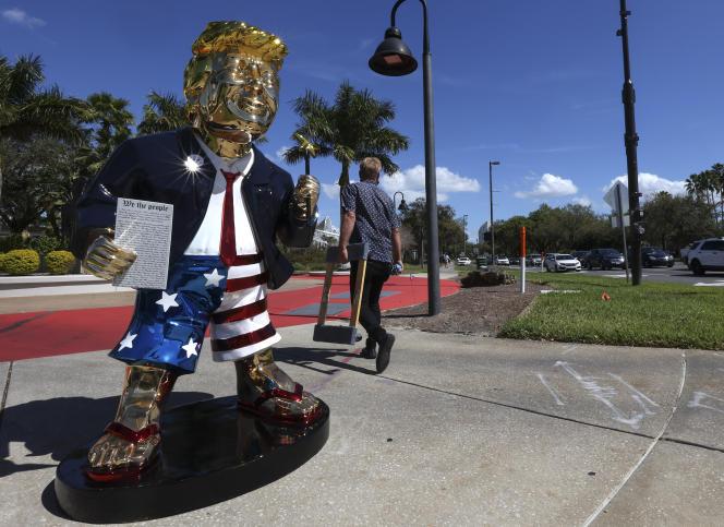 Statue in Form von Donald Trump in der Nähe des Ortes, an dem der frühere Präsident am Sonntag, dem 28. Februar, in Orlando, Florida, seine Konferenz mit konservativen Aktivisten abhielt.