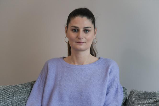 Magali Laurent, dont la fille a été enlevée par son ex-mari parti combattre en Syrie, le 3 février, à Puteaux (Hauts-de-Seine).