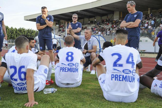Laurent Batlles (au centre, le doigt levé), l'entraîneur de l'Estac, lors d'un match amical contre Nancy, à Reims (Marne), le 16 juillet 2019.