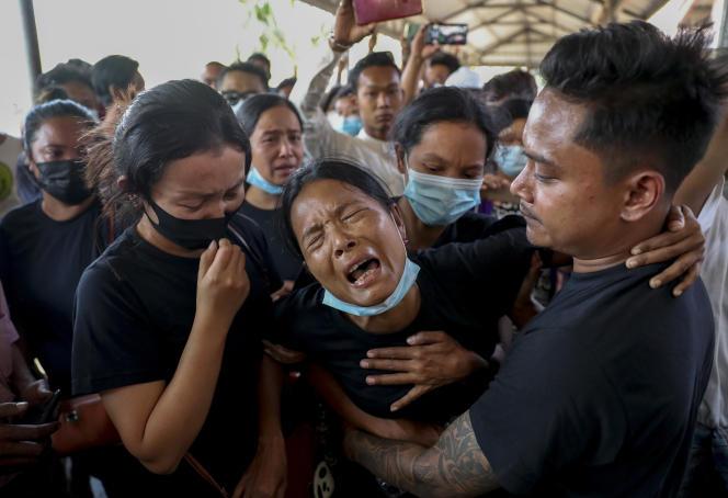 Les funérailles, le 23 février, d'un homme tué trois jours plus tôt par la police, lors d'une manifestation contre le coup d'Etat, à Rangoun.