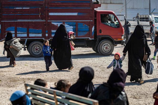Mujeres y sus hijos, durante la liberación de otro grupo de familias, en el campo de Al-Hol (noreste de Siria), el 20 de febrero.