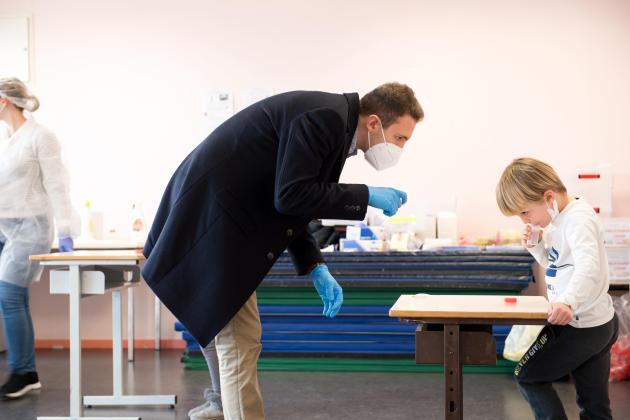 A l'école primaire André-Davesne de Périgueux, le 1er mars, Corentin Rochon, du laboratoire Eurofins, accompagne les enfants pour réaliser un test salivaire.