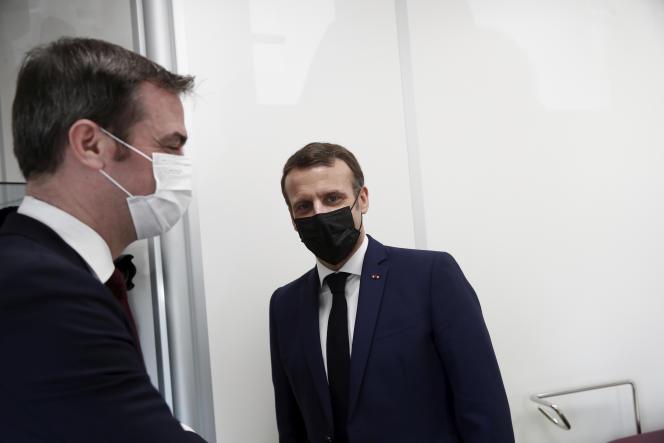Le président Emmanuel Macron visite un centre de vaccination de la Caisse primaire d'assurance-maladie à Bobigny (Seine-Saint-Denis), le 1er mars.