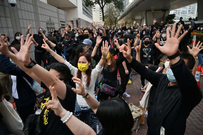 Les manifestants dont certains tenaient des parapluies jaunes, un symbole du mouvement prodémocratie, scandaient «Libérez les prisonniers politiques!», «Debout pour Hongkong!».
