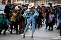 A la sortie du défilé Giambattista Valli, pendant la fashion week de Paris, le 2 mars 2020.