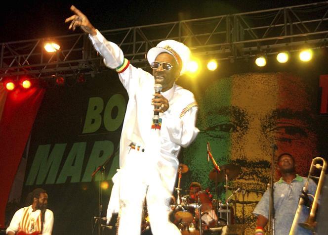 Bunny Wailer, au concert One Love, pour célébrer le 60e anniversaire de Bob Marley, le 6 février 2005 à Kingston (Jamaïque).