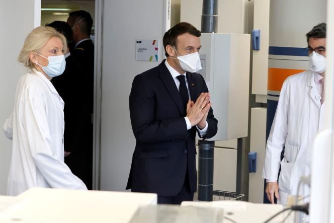 Le président Emmanuel Macron visite l'Institut Gustave-Roussy, un centre régional de lutte contre le cancer, à Villejuif (Val-de-Marne), le 4 février 2021.
