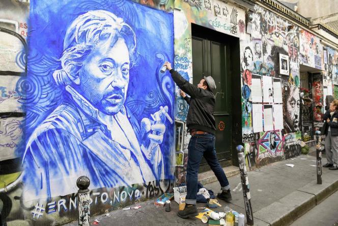 Le peintre français Ernesto Novo réalise un portrait de Serge Gainsbourg sur le mur devant sa maison, à Paris, le 2 mars 2021, trente ans après la mort du chanteur.