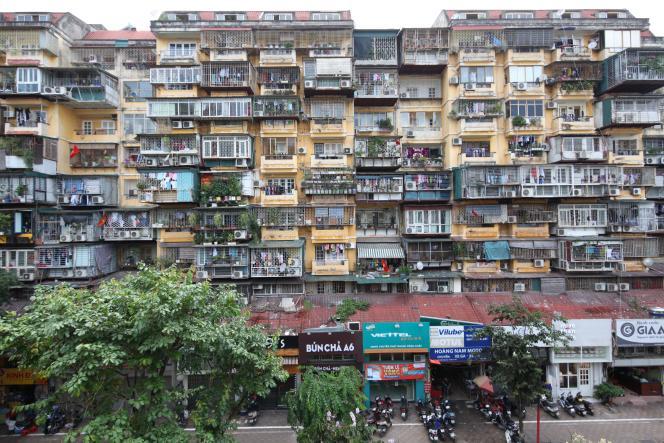 Vue d'ensemble d'un immeuble de logements KTT à Hanoï, Vietnam, en 2018.