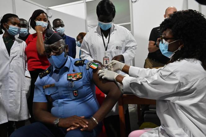 Un officier de police reçoit une première dose du vaccin anticoronavirus AstraZeneca, le 1er mars 2021 à Abidjan.