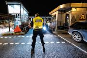 Un policier sur le pont du détroit de l'Øresund, qui relie le Danemark et la Suède, en décembre2020.