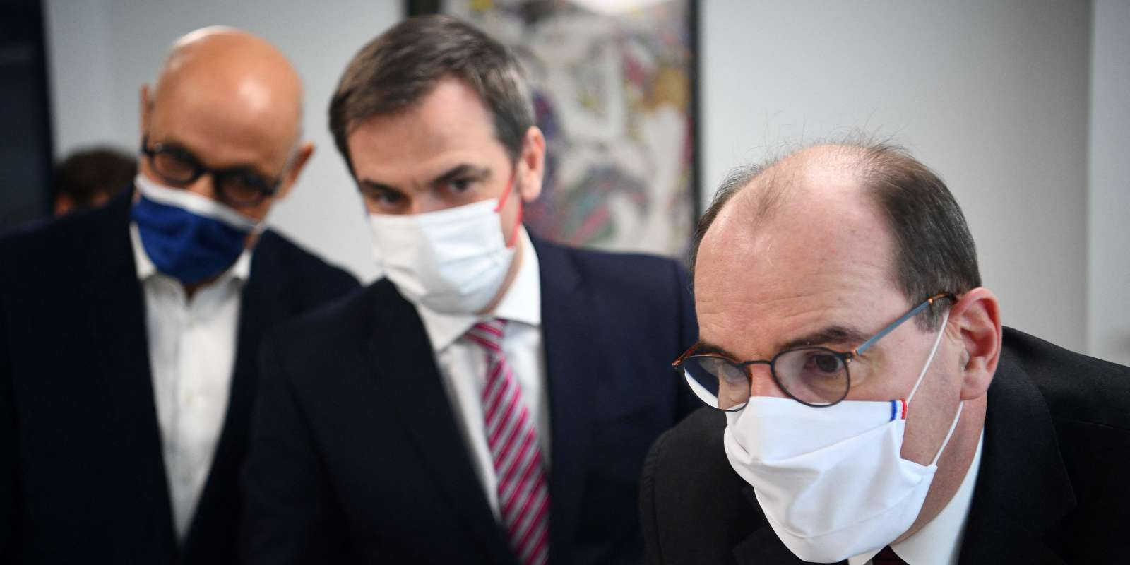 French Prime Minister Jean Castex (L) and French Health Minister Olivier Veran (C) visit a health center for the start of the Covid-19 vaccination campaign by the town medicine on February 25, 2021 in Paris. / AFP / POOL / Christophe ARCHAMBAULT