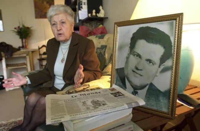 Malika Boumendjel, veuve de l'avocat algérien Ali Boumendjel donne une interview en mai 2001 à son domicile à Puteaux (Hauts-de-seine), sur la mort de son mari lors de ses quarante-trois jours de détention par l'armée française, le 23 mars 1957.
