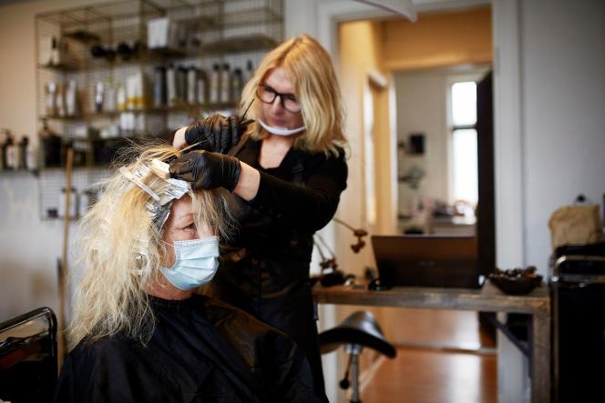 Dans un salon de coiffure de Roenne, sur l'île de Bornholm, au Danemark, le 1er mars.