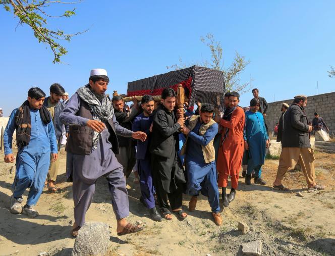 Des Afghans transportent, le 3 mars 2021 àJalalabad (Afghanistan), le cercueil d'une journaliste assassinée la veille.