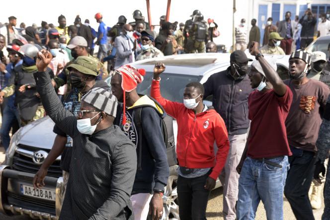 A Dakar, des militants venus soutenir Ousmane Sonko, président du parti Pastef-Les Patriotes, qui se rendait au tribunal, le 3 mars 2021, pour être entendu dans une affaire de «viols et de menaces de mort» pour laquelle il est suspecté.