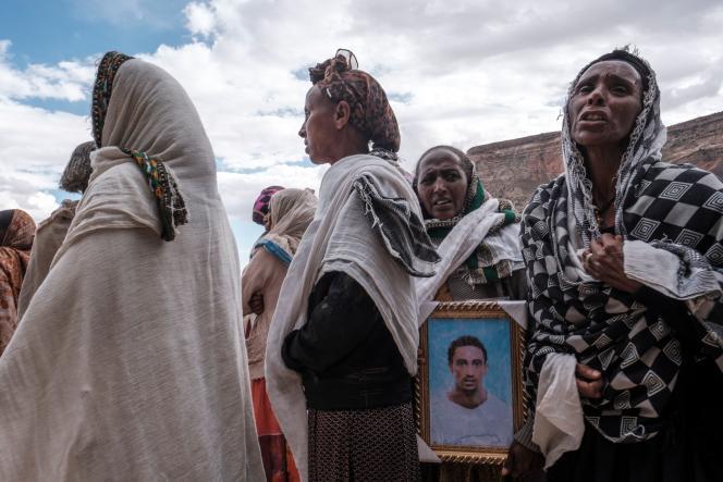 Les gens pleurent les victimes d'un massacre qui aurait été perpétré par des soldats érythréens dans le village de Dengolat, au nord de Makalé, la capitale du Tigray, le 26 février 2021.