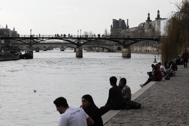 Les gens profitent des berges de Seine, à Paris, le 3 mars.