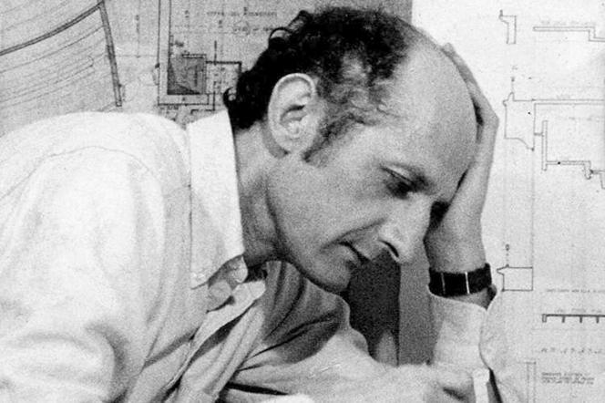 L'architecte Jean Perrottet, en 1967, à Fontenay-aux-Roses (Hauts-de-Seine), lors de la conception du Théâtre de la Ville (Paris).
