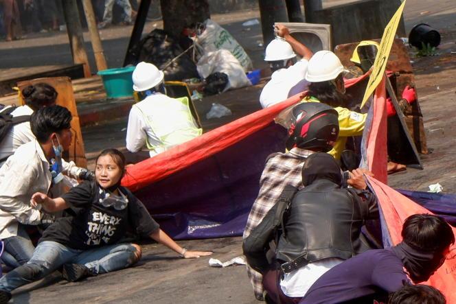 Das letzte Foto zeigt Kiyal Sen am Leben, da sie zu einer Gruppe von Demonstranten gehört, die am 3. März in Mandalay unter Polizeischuss festgenommen wurden.
