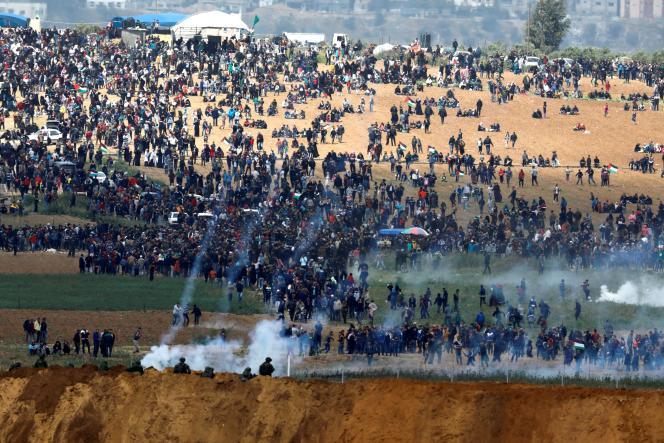 Des soldats israéliens tirant du gaz lacrymogène à la frontière avec Gaza en 2018.