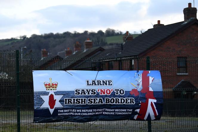 پوستری خصمانه برای کنترل در دریای ایرلند ، 12 فوریه در لارن ، ایرلند شمالی.