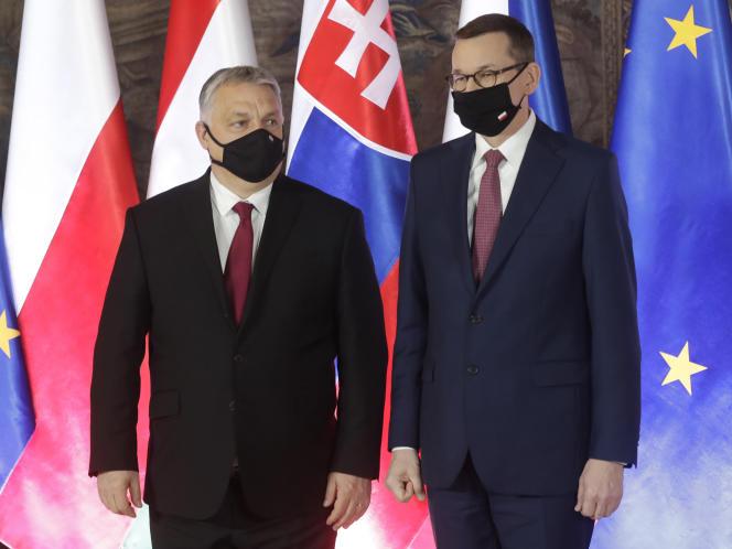 Les premiers ministres hongrois Viktor Orban (gauche) et polonais Mateusz Morawiecki (droite), à Cracovie, en Pologne, le 17 février.