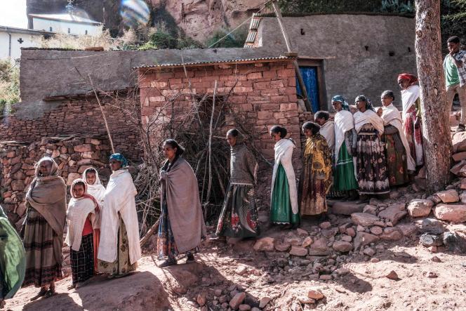 Rassemblement en vue d'un recueillement devant la fosse commune des victimes d'un massacre supposé avoir été perpétré par les soldats érythréens voisins dans le village de Dengolat, au nord de Mekele, la capitale du Tigré, le 26 février 2021.