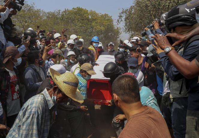 Burmesen tragen den Sarg von Kyal Sen.