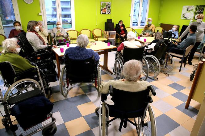 Des résidents d'un Ehpad, à Crépy-en-Valois (Oise), le 13 janvier.