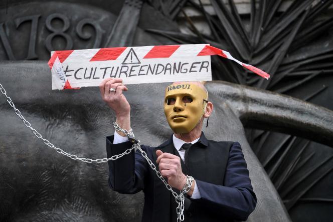 L'un des participants au rassemblement contre la fermeture des lieux culturels, place de la République, à Paris, le 4 mars 2021.