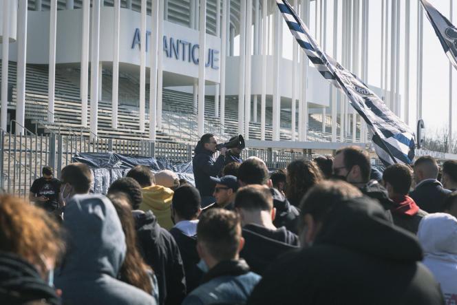 Des supporteurs bordelais réunis devant le stade Matmut Atlantic, samedi 27 février, à Bordeaux.