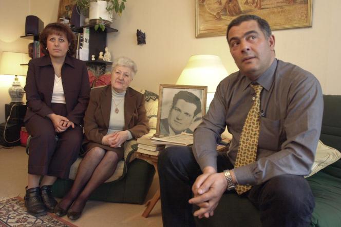 Malika Boumendjel, la veuve d'Ali Boumendjel, avec deux de ses enfants, le 5mai 2001.