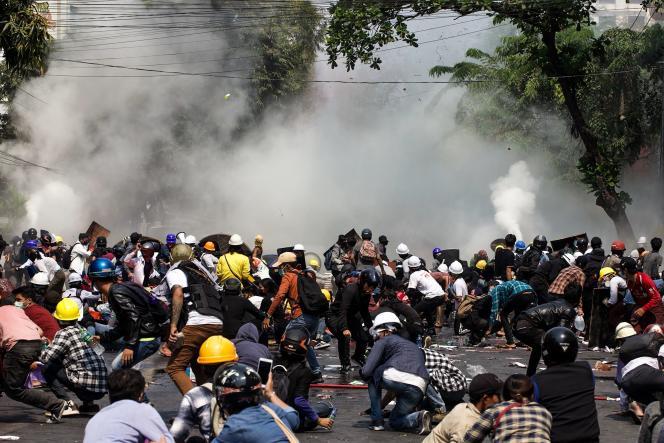 La police tire des gaz lacrymogènes sur la foule lors d'une manifestation contre le coup d'Etat militaire, à Mandalay, en Birmanie, le 3 mars.