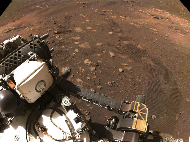 Cette photo publiée vendredi par la NASA montre les traces de roues laissées sur la planète Mars par le rover Perseverance, jeudi 4 mars.